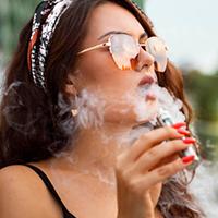 femme cigarette électronique quaie garonne